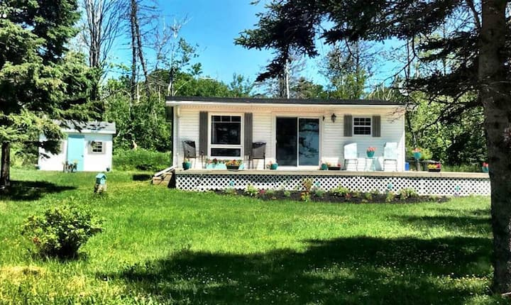 2 Bedroom Cottage, Ocean View, Steps to the Beach