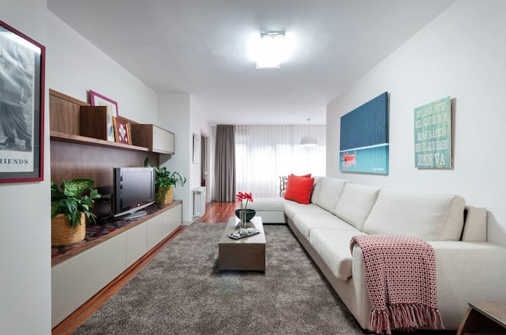 Stylish Apartment with Parking & Pool - Madrid