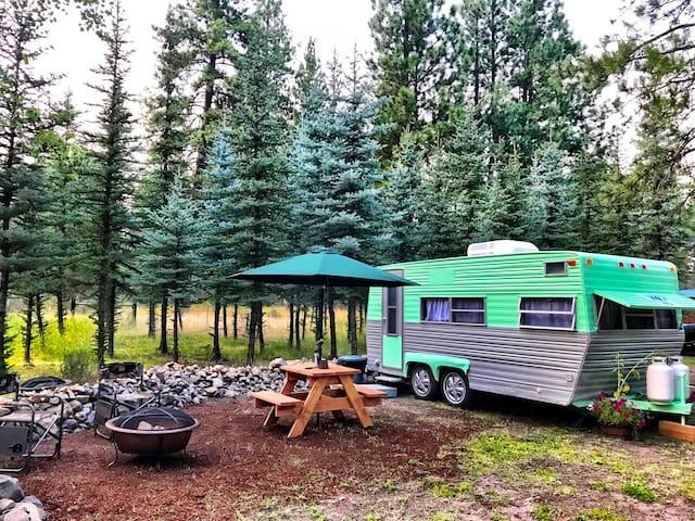 Crater Lake Cozy Vintage Camper & Kayaks