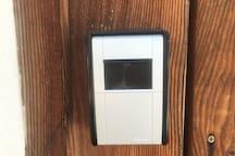 Schlüsselsafe befindet sich bei unserem Eingang neben dem Holzbriefkasten