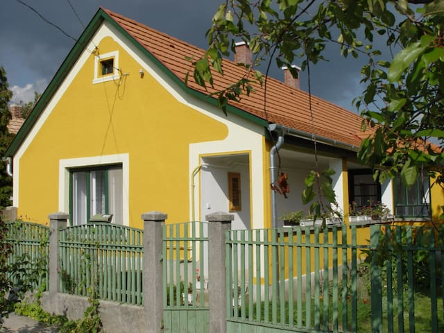 Pretty Traditional Hungarian House - Csákberény - Hus