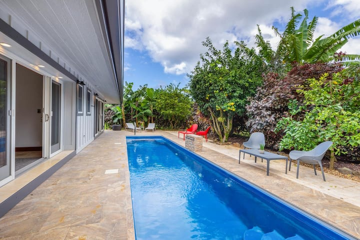 Recently Remodeled Home With Pool, A/C, and Lush Garden Views: Makana Lei