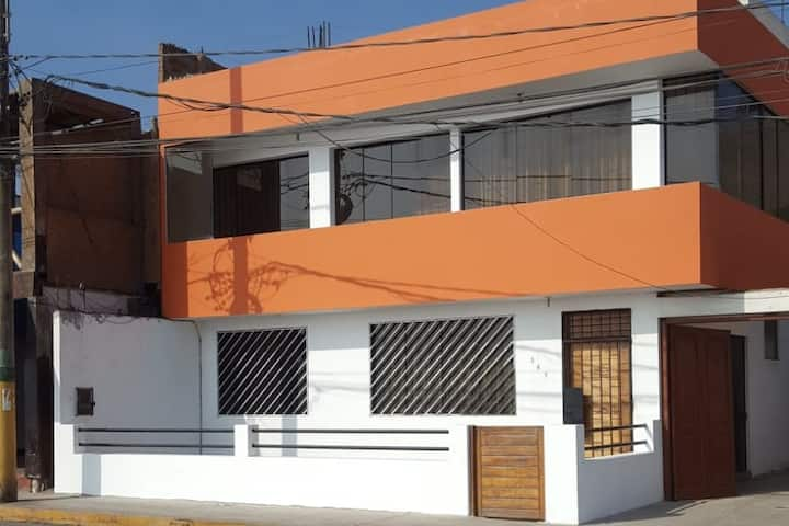 Linda casa de 2 pisos frente al mar en Barranca