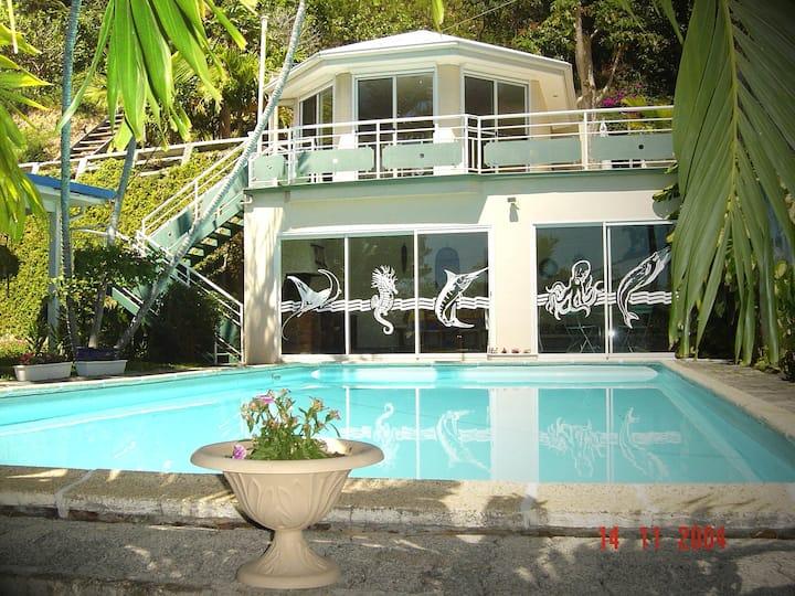 Maisonnette avec piscine dans jardin familial