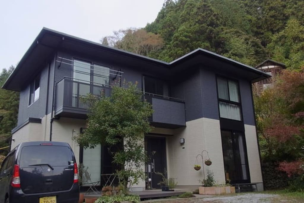 Our modern house in the mountains / B&Bの外観。ハイキングコースの途中にあります
