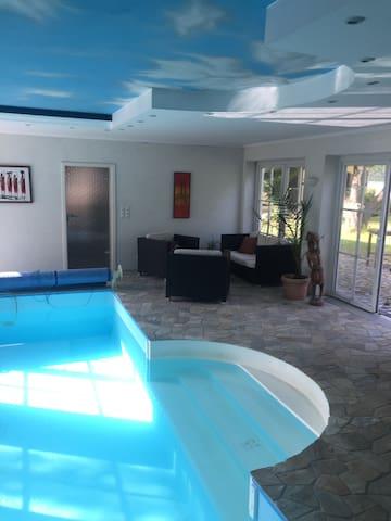 Elisabeth Hills mit Schwimmhalle