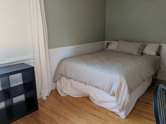 Spacious Master Bedroom -Students Welcome