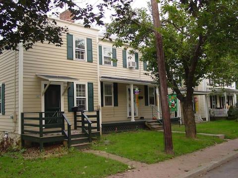 Mulligan House - Historic Home Clinton Pets & Kids