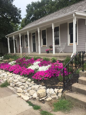 The Strawtown Cottage - in downtown Pella