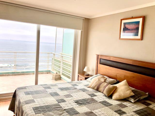 Dormitorio principal con vista al mar y conexión directa a terraza.