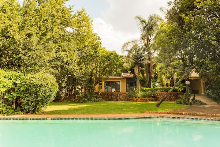 Sunny Villa In The Heart Of Menlyn Area