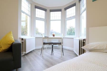 Brand New & Modern Apt with Separate Kitchen 10175