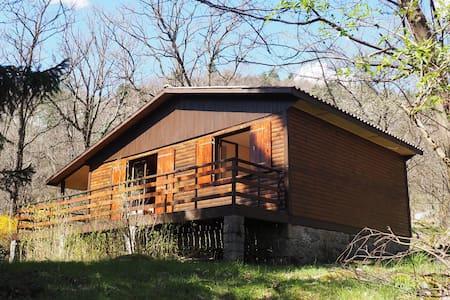 Chalet sur terrain arboré et en terrasses - Vialas - Отпускное жилье
