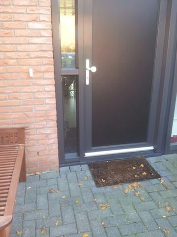 1 prive kamer/keuken, gebruik van badkamer en WC - Lelystad - Ev