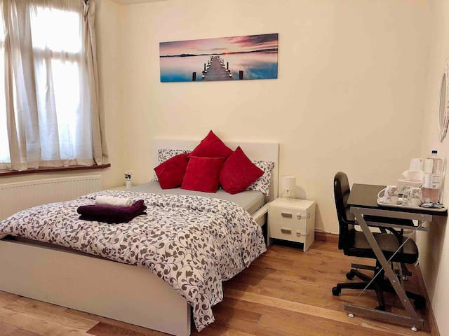 Private Double Bedroom Close to Luton Airport