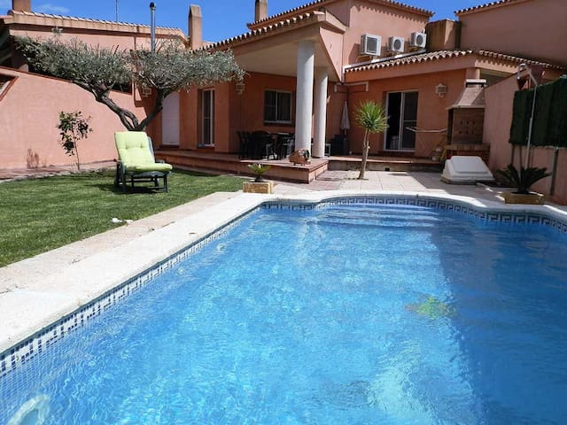 CASA CLAVEL,Ideal house for your holidays near the sea, free wifi, air conditioning, private pool, pets allowed, dog's beach.