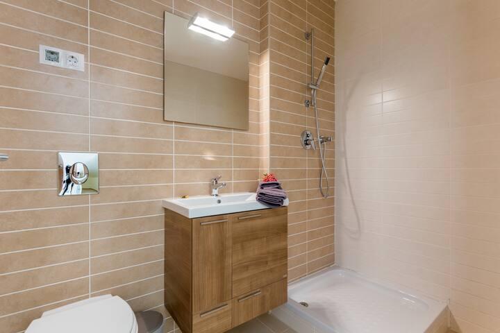 Upstairs shower room at mezzanine level.