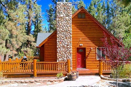 Cozy and Charming Chalet Cabin. - Big Bear City - Cabin