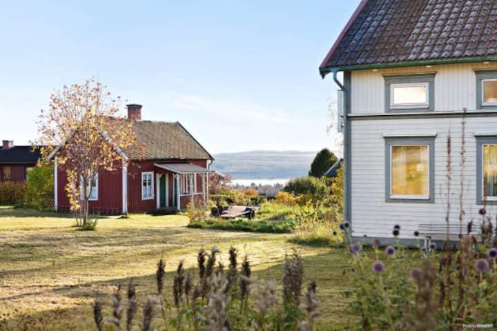 Stort mysigt hus för en eller två familjer