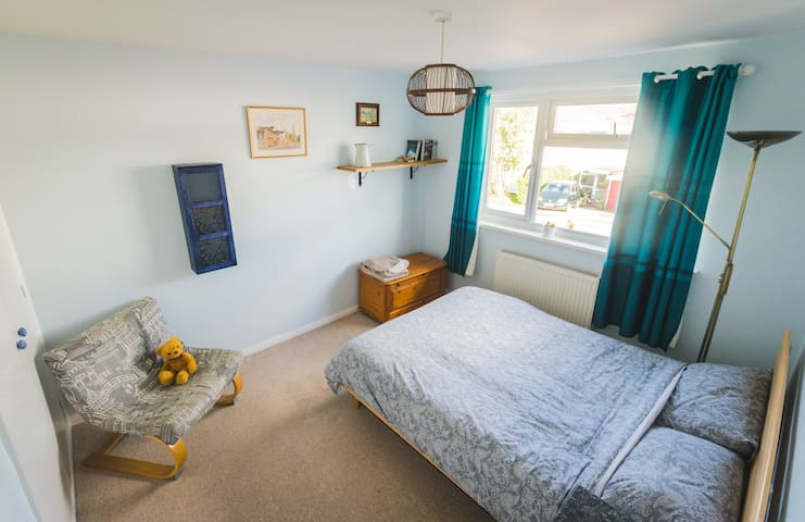 Spacious double bedroom in the Vale of White Horse - Faringdon