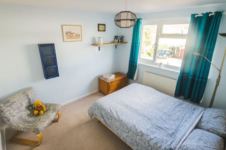 Spacious double bedroom in the Vale of White Horse - Faringdon - House