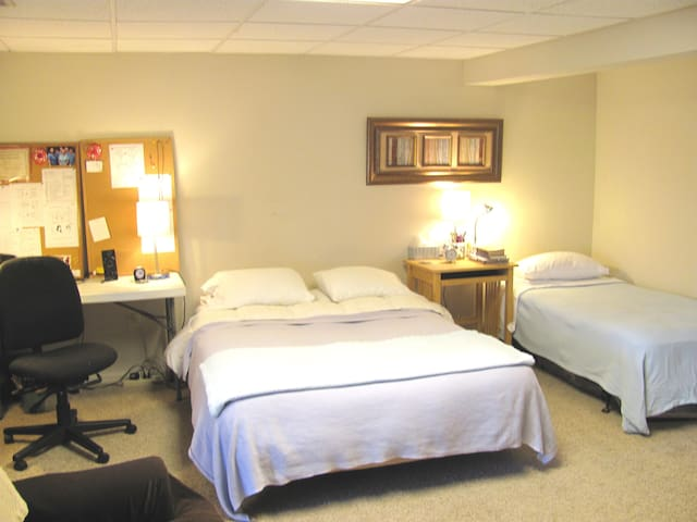HUGE bedroom Suite W/ PRIVATE BATH! off I 95! - Laurel