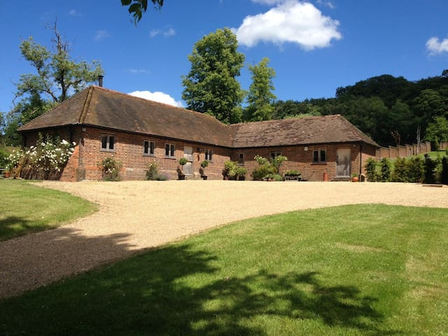 Lovely 3 bed Barn/country cottage Surrey Hills.