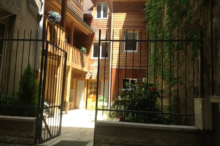 Studio meublé centre ville avec jardin - Безансон - Таунхаус