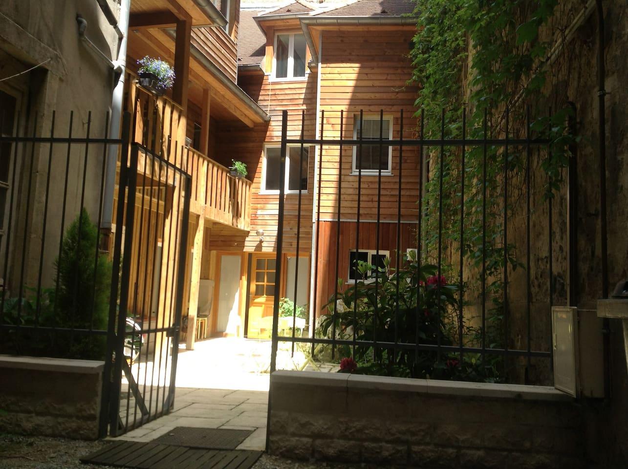 studio situé en rez de jardin en fond de cour