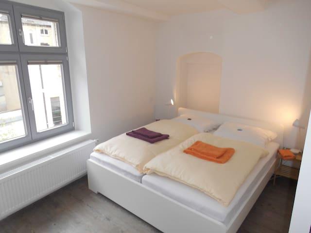 Schlafzimmer 1 (1 Doppelbett 180 x 200 cm)