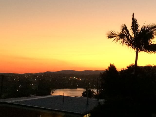 Airy 2bdr apartment w- great views. - Highgate Hill - Apartment
