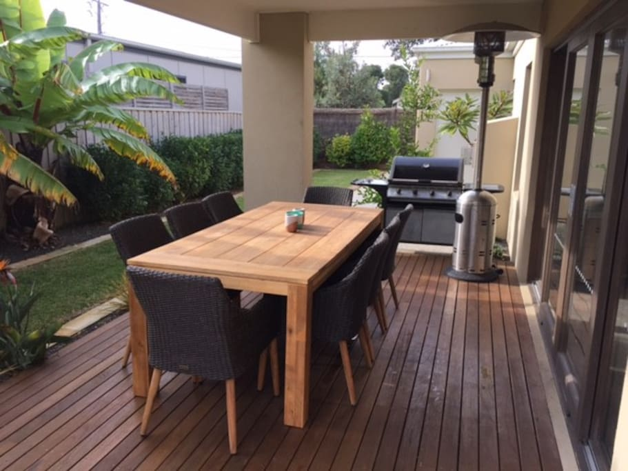 Outdoor eating entertainment area