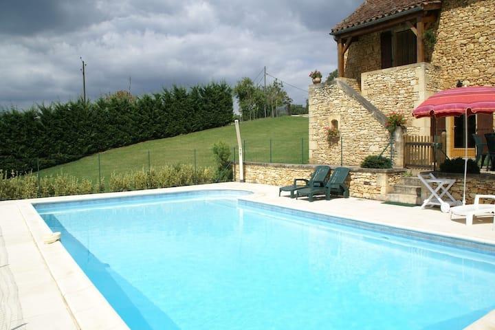 casa de vacaciones en una tranquila zona boscosa, jardín y piscina privada.