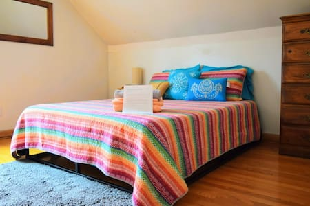Comfy room w/in walking distance to nearby sights.