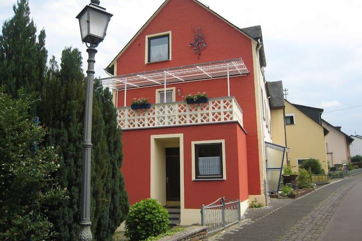 Komfortables Ferienhaus in Bremm nahe den Weinbergen