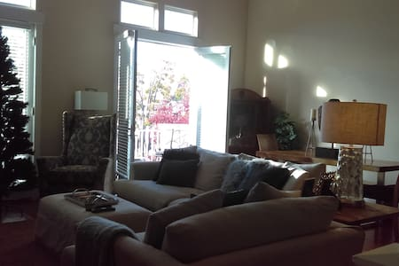Bright & Gorgeous Downtown Condo in Benicia - Benicia