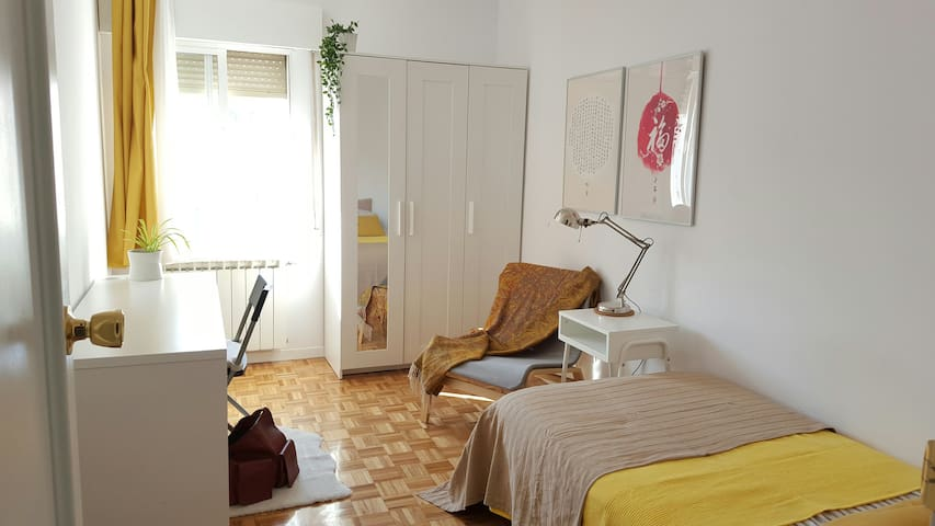 Sunny single room in Madrid City
