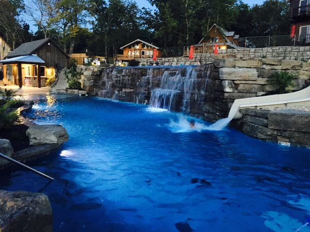 NEW 7 bed Lakefront Lodge, Pool/Lazy river & more! - Branson - Haus
