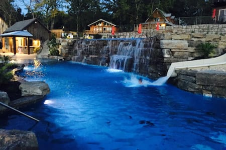 NEW 7 bed Lakefront Lodge, Pool/Lazy river & more! - Branson