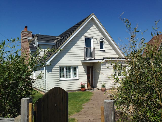 Family friendly Beach House - a skip to the water! - West Wittering - Rumah