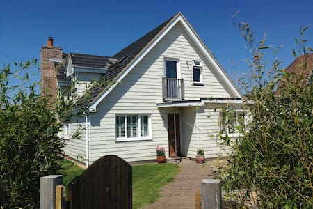 Family friendly Beach House - a skip to the water! - West Wittering
