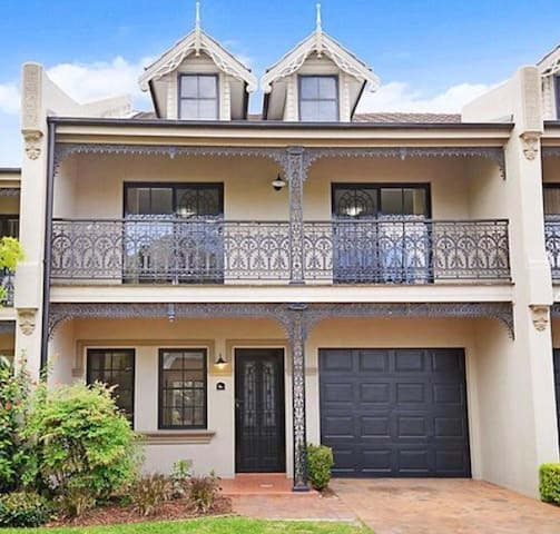Four Bedroom Terrace Home - Botany - Adosado
