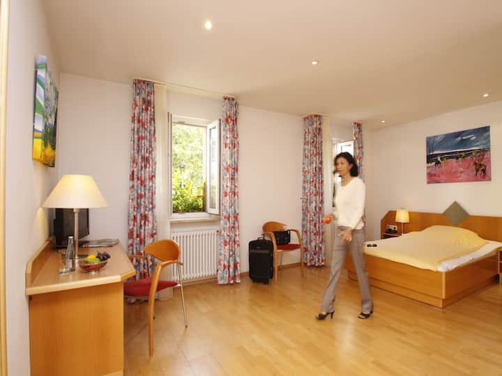 Hotel Schiller, (Freiburg), Doppelzimmer mit WC und Dusche/Bad