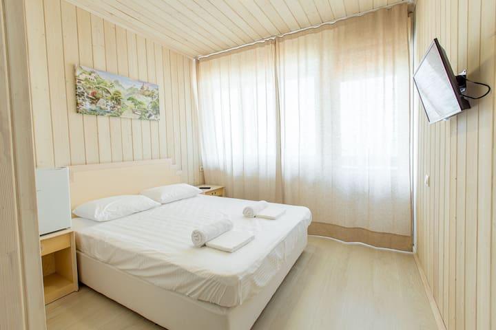 Отель у моря, номер с двуспальной кроватью