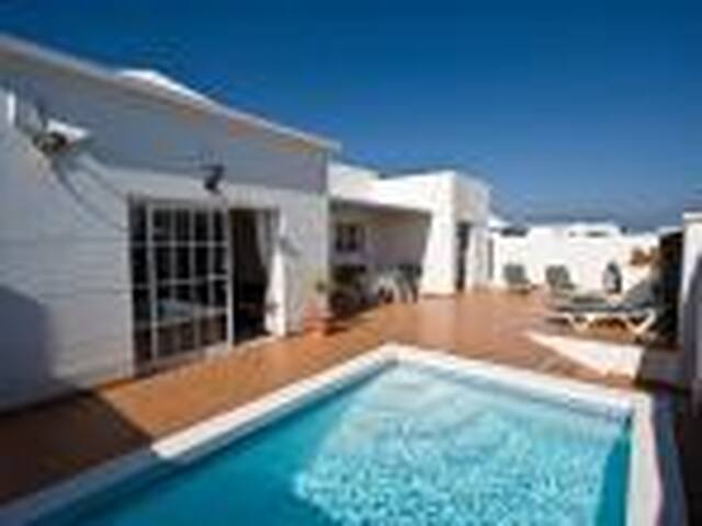 Superb villa: private pool, wifi in Costa Teguise