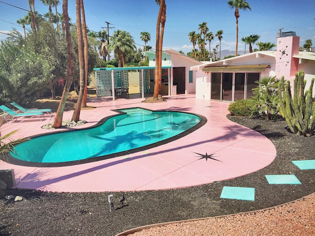 The Atomic Lair-Posh Palm Springs Paradise for 2!