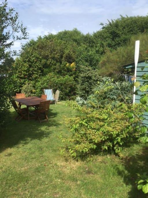 Le jardin ensoleillé toute la journée, vous pourrez  en profiter pour déjeuner a table ou sur les transats. Celui ci est séparé de la maison par un ravissant petit chemin communal.