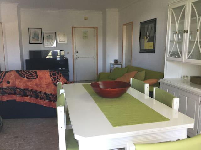 Sala e espaço de refeições interior - Living room and indoor dining area