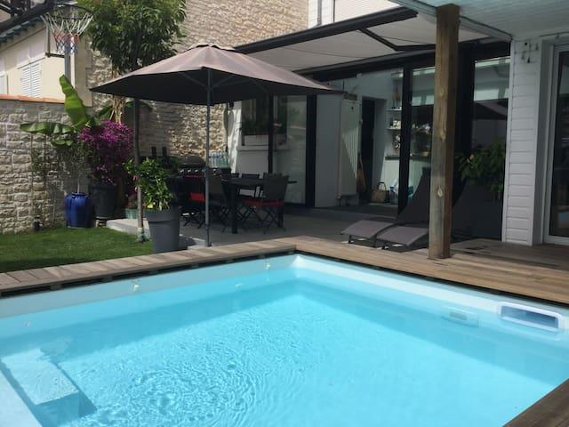 Heated pool house downtown La Rochelle
