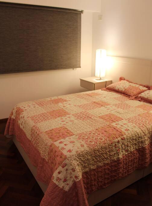 - Cama queen size colchón de alta calidad  - Sábanas de algodón de alto hilaje y toallas suaves